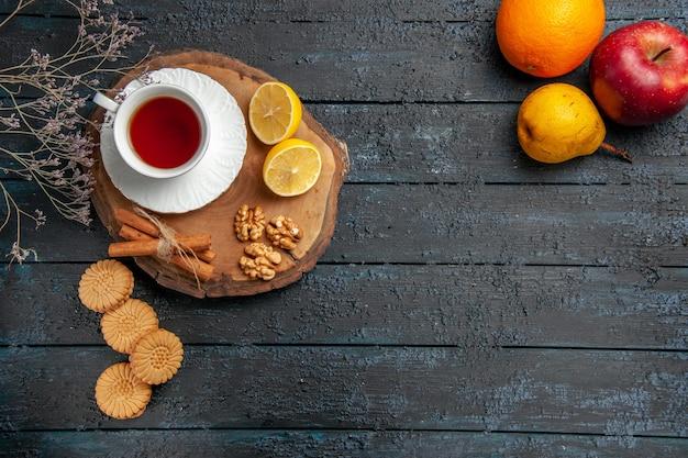 Draufsicht tasse tee mit zitronenscheiben auf dunklem tisch