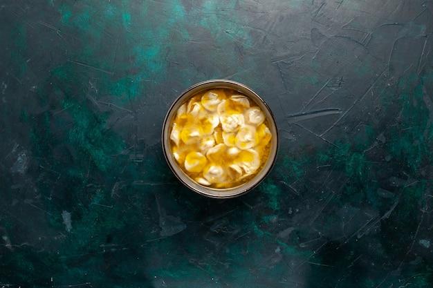 Draufsicht-teigsuppe mit hackfleisch im teig auf dunkelblauen hintergrundzutaten suppennahrung mahlzeit teig teig abendessen sauce