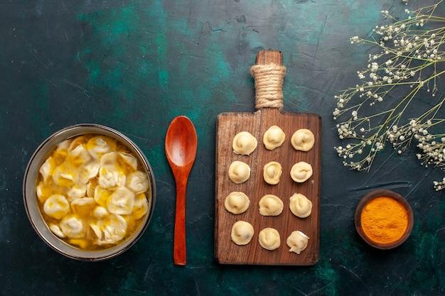 Draufsicht teigsuppe mit hackfleisch in kleinen teig auf blauen schreibtisch zutaten suppe essen mahlzeit teig gericht abendessen sauce