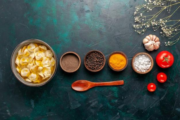 Draufsicht teigsuppe mit verschiedenen gewürzen auf dem blauen hintergrund zutat suppe essen mahlzeit teig teig abendessen sauce