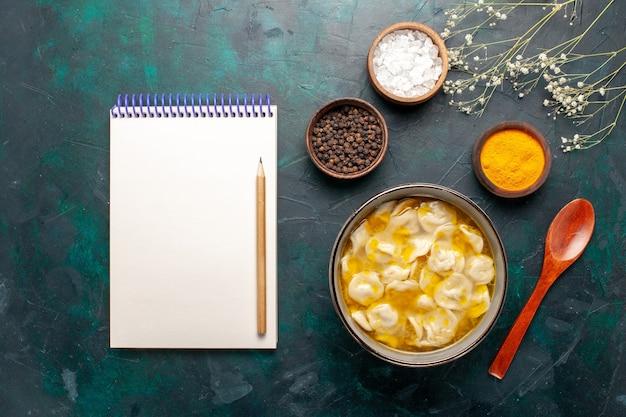 Draufsicht teigsuppe mit verschiedenen gewürzen auf den dunkelblauen hintergrundzutaten suppennahrung mahlzeit teig teig abendessensauce