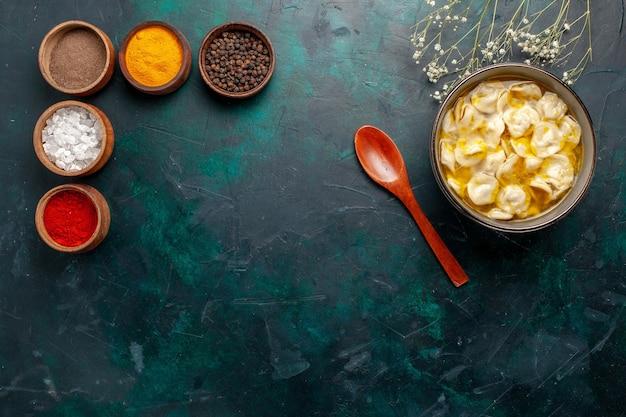Draufsicht teigsuppe mit verschiedenen gewürzen auf der blauen hintergrundzutat suppensuppe nahrungsmittelteigessensauce