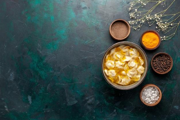 Draufsicht teigsuppe mit verschiedenen gewürzen auf dunkelblauem hintergrund zutat suppe essen mahlzeit teig teig abendessensauce