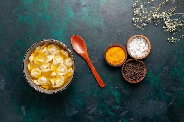 Draufsicht teigsuppe mit verschiedenen gewürzen auf dunkelblauen oberflächenzutaten suppennahrung mahlzeit mahlzeit teig abendessensauce