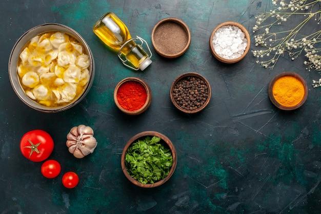 Draufsicht teigsuppe mit verschiedenen gewürzen und grüns auf dunkelblauer oberfläche zutaten suppe essen mahlzeit teig abendessen sauce