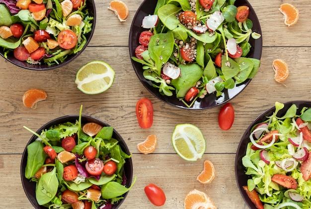 Draufsicht teller sammlung mit salaten