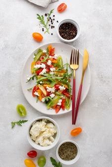 Draufsicht tomatensalat mit feta-käse und schwarzem pfeffer