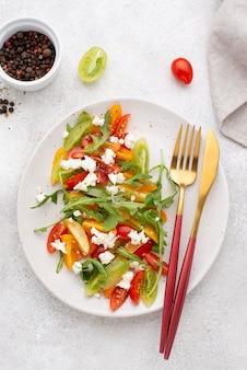 Draufsicht tomatensalat mit feta-käse
