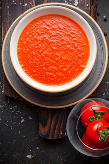 Draufsicht tomatensuppe mit tomaten im teller