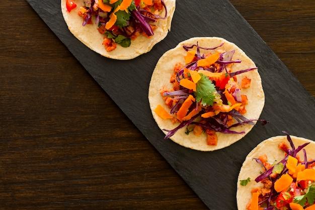 Draufsicht tortilla mit gemüse und fleisch