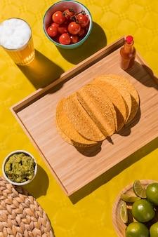 Draufsicht tortilla und bierglas