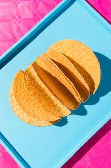 Draufsicht tortillas auf blauem tablett