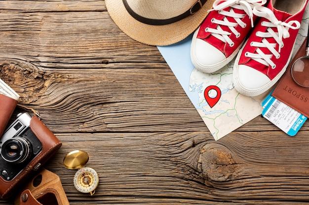 Draufsicht travel kit essentials und turnschuhe