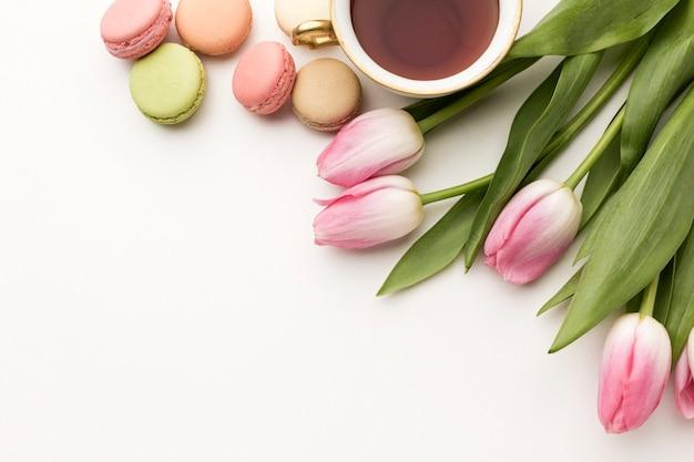 Draufsicht tulpen mit tee und makronen