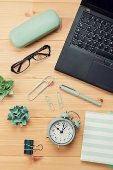 Draufsicht über arbeitsplatz mit laptop und büroartikel