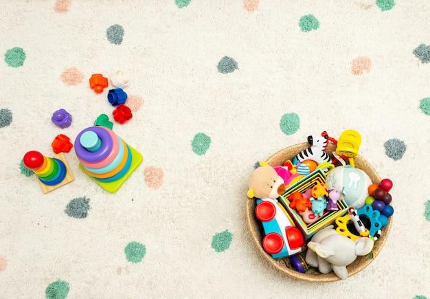 Draufsicht über bunte baby-spielwaren auf einem teppich spielt im boden mit copyspace