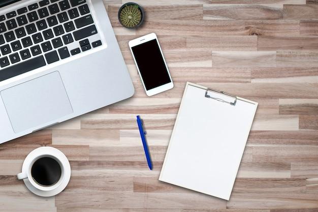 Draufsicht über dem computer-notebook auf dem holzboden im bürostil.