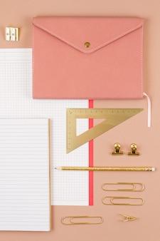 Draufsicht über notizblock und goldene bürobedarf. arbeitsbereich, studium, schreibtisch, home-office-konzept