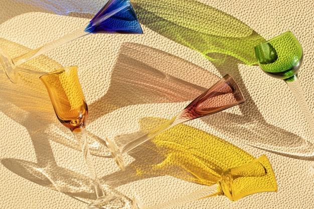 Draufsicht über sommerliche trendige likörgläser über strukturierter lederwand. sommerferien, party, mode, spaßkonzept