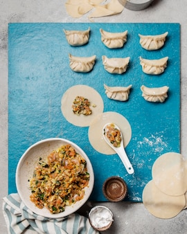 Draufsicht ungebackenes asiatisches essen