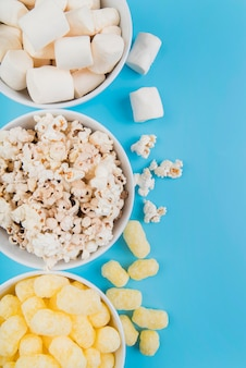 Draufsicht ungesunde snacks schalen
