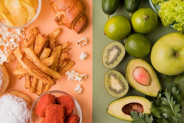 Draufsicht ungesundes essen gegen gesundes essen