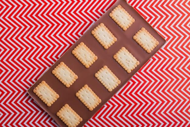 Draufsicht ungewöhnlicher schokoriegel mit stücken von knusprigen keksen
