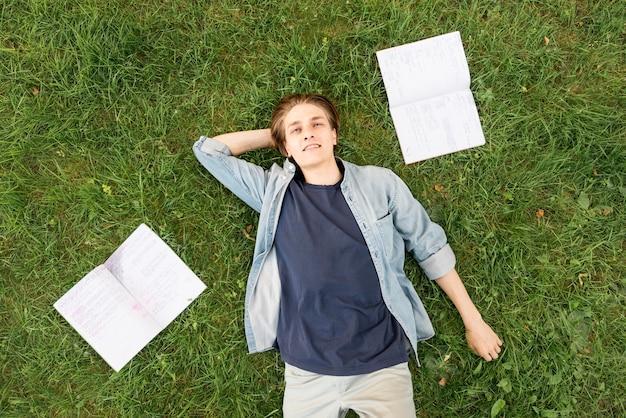 Draufsicht universitätsstudent, der auf dem campus entspannt
