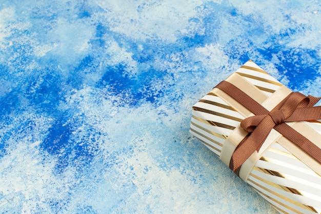 Draufsicht-valentinstag-geschenk auf blau-weißem grunge-kopienplatz