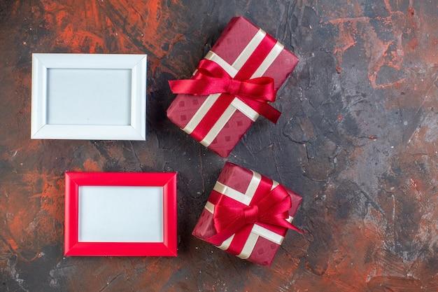 Draufsicht valentinstag geschenke mit bilderrahmen auf dunklem hintergrund fotogeschenk geschenk farben liebesgefühl ich liebe dich