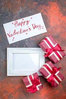 Draufsicht valentinstag geschenke mit bilderrahmen auf dunkler oberfläche ich liebe dich das gefühl liebe fotoliebhaber farbgeschenke