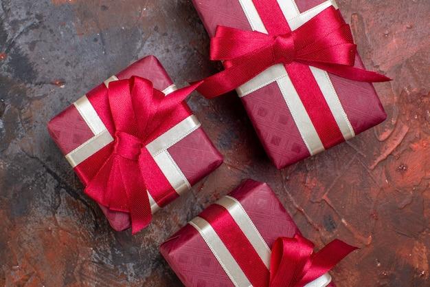 Draufsicht valentinstag präsentiert in roter verpackung auf dunkler oberfläche liebesgefühl ich liebe dich farbgeschenk liebe