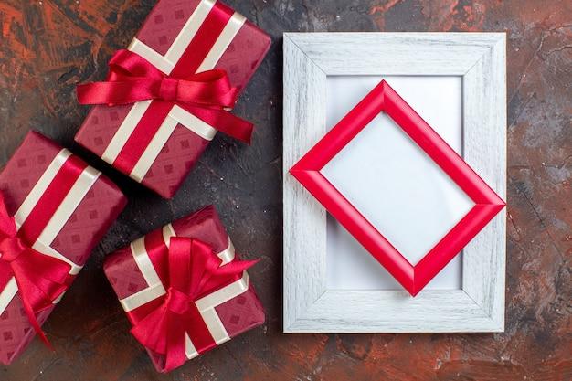 Draufsicht valentinstag präsentiert mit bilderrahmen auf der dunklen oberfläche fotogeschenk geschenk farbe liebesgefühl ich liebe dich