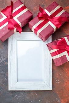 Draufsicht valentinstag präsentiert mit bilderrahmen auf der dunklen oberfläche ich liebe dich gefühl fotoliebhaber farbe geschenk liebe