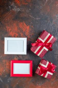 Draufsicht valentinstag präsentiert mit bilderrahmen auf dunklem hintergrund fotogeschenk geschenk farbe gefühl ich liebe dich