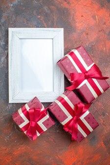 Draufsicht valentinstag präsentiert mit bilderrahmen auf dunklem hintergrund ich liebe dich foto farbe geschenk liebesliebhaber