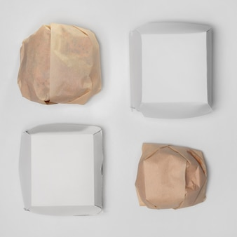 Draufsicht verpackter burger mit leeren paketen