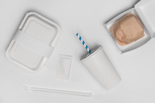 Draufsicht verpackter burger mit tasse