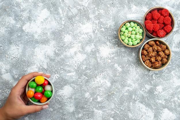 Draufsicht verschiedene bonbons mit nüssen auf leerraum