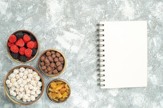 Draufsicht verschiedene bonbons mit rosinen auf weißem hintergrund kandiszucker-tee-konfitüre