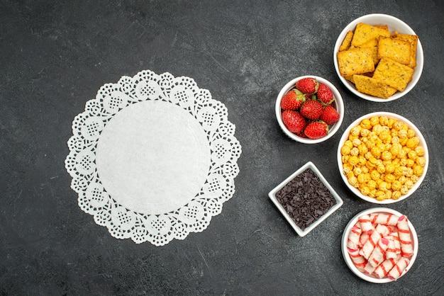Draufsicht verschiedene esscracker früchte und süßigkeiten