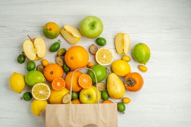 Draufsicht verschiedene frische früchte auf weißem hintergrund