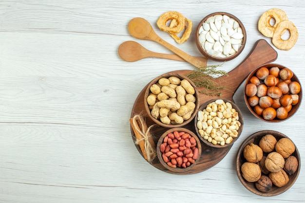 Draufsicht verschiedene frische nüsse erdnüsse haselnüsse und walnüsse