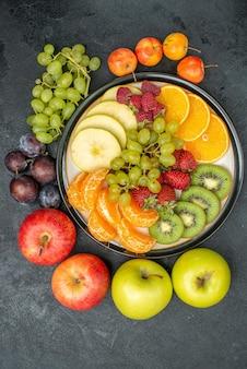 Draufsicht verschiedene fruchtzusammensetzung frisch und reif auf dem grauen hintergrund ausgereifte frische früchte gesundheit reif