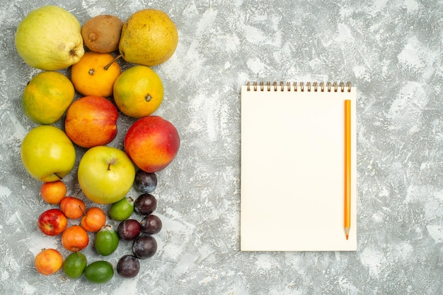 Draufsicht verschiedene fruchtzusammensetzung frische früchte auf weißem hintergrund baum vitamine frische farben frucht reif