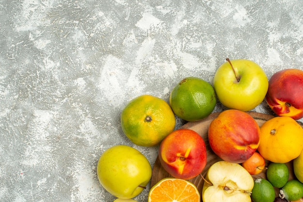 Draufsicht verschiedene fruchtzusammensetzung geschnittene ganze frische früchte auf einem weißen hintergrund baum vitamin frische farbe frucht reif