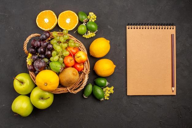 Draufsicht verschiedene fruchtzusammensetzung reife und ausgereifte früchte auf dunklem hintergrund frucht ausgereifter reifer baum frisch