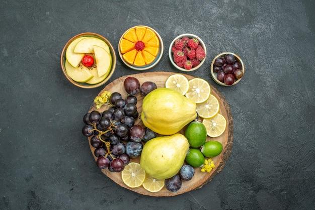 Draufsicht verschiedene früchte zusammensetzung frisch und reif auf dunkelgrauem hintergrund reife reife früchte frische gesundheit