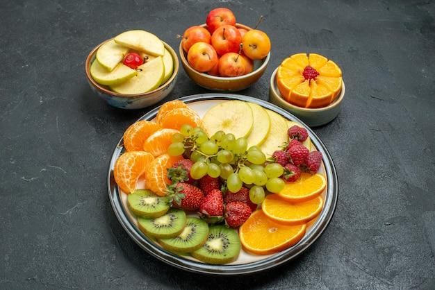 Draufsicht verschiedene früchte zusammensetzung frische reife und geschnittene früchte auf dem dunklen hintergrund frische früchte reife gesundheit