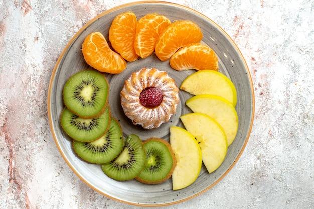 Draufsicht verschiedene früchte zusammensetzung frische und geschnittene früchte auf weißem hintergrund reife früchte ausgereifte farbe gesundheit
